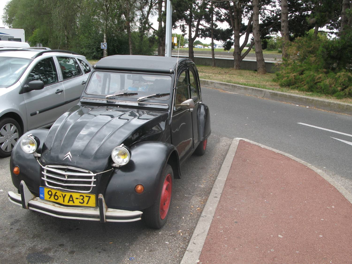 2 cv sur parking autoroute a1 paris lille l 39 irr ductible. Black Bedroom Furniture Sets. Home Design Ideas